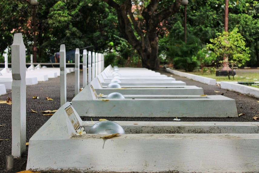 Dahulu, taman makam ini termasuk dalam area asrama para pelajar Akademi Militer (sekarang difungsikan sebagai Lapas Anak Tangerang)
