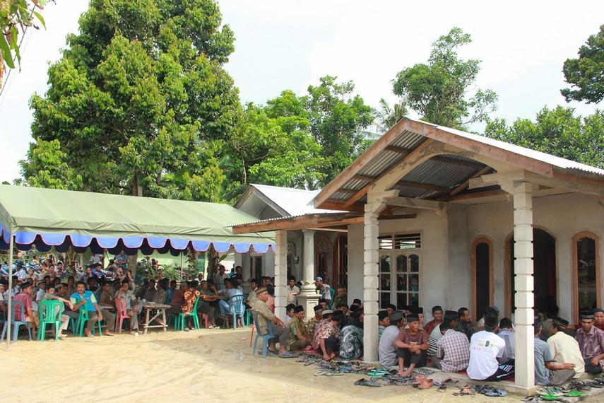 Dalam tradisi Marastaun, seluruh warga kampung berkumpul di rumah seorang dukun yang dianggap memilik ilmu tinggi