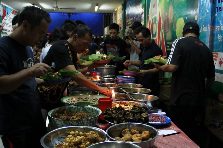 Di Cirebon nasi jamblang disajikan dalam bentuk prasmanan bersama lauk pauknya
