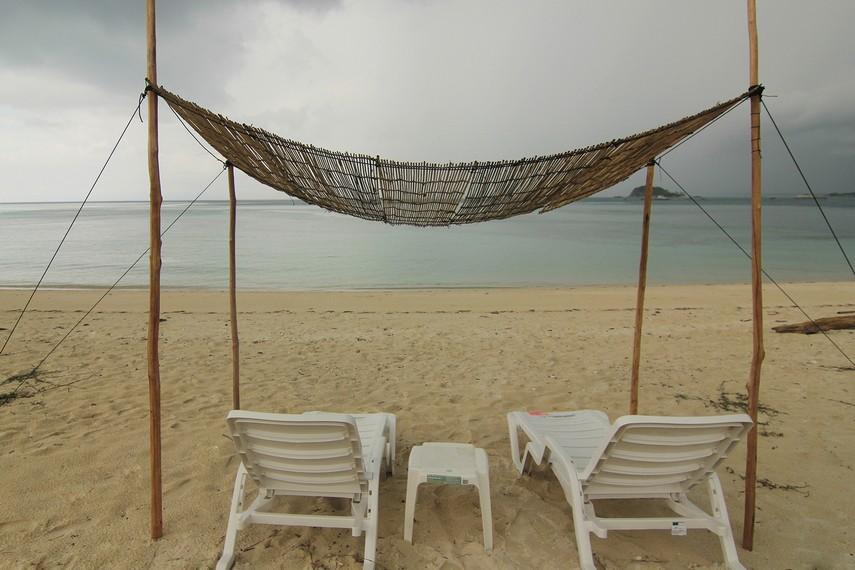 Duduk bersantai sambil menghadap laut menjadi hal yang menyenangkan ketika berada di Pulau Kepayang