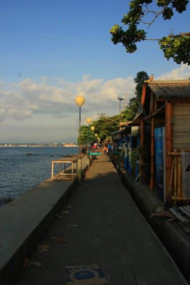 Pantai Malalayang identik dengan jejeran warung penjual pisang goreng di sepanjang pinggir pantai