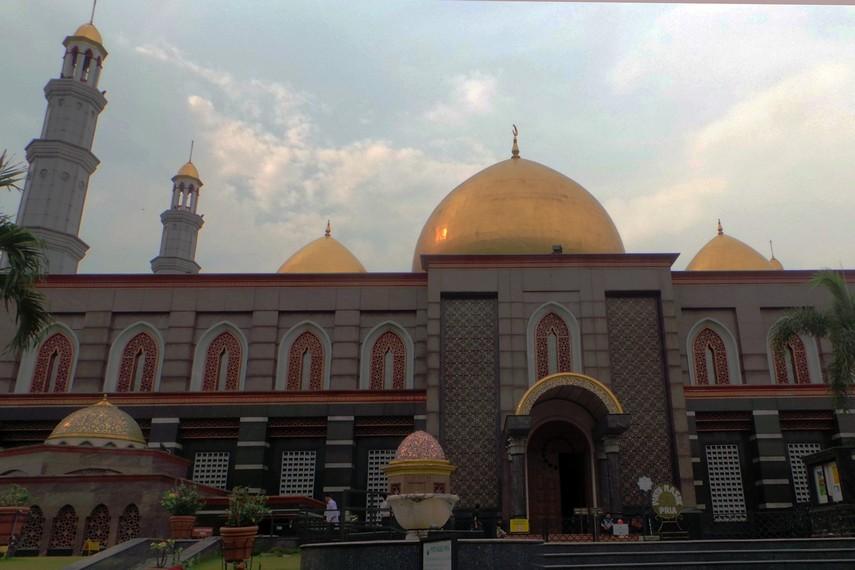 Halaman yang luas dan bangunan Masjid Kubah Emas yang megah menjadikan masjid ini terlihat berbeda dengan bangunan lainnya