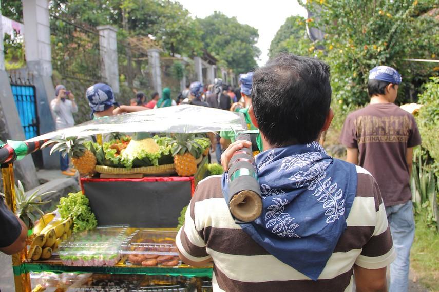 Helaran Dongdang merupakan tradisi mengarak dongdang yang berisi hasil bumi untuk diperebutkan oleh masyarakat