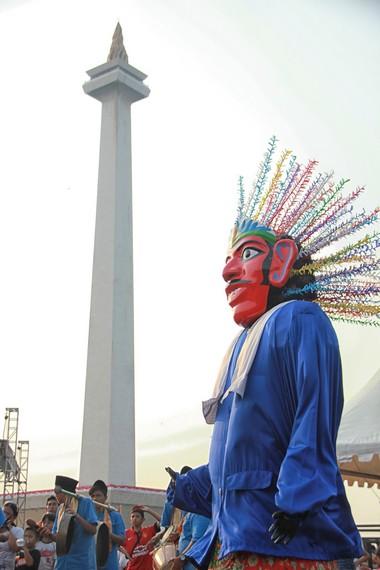 Ondel-ondel terbuat dari kayu dan bagian tubuhnya menggunakan dongdang, sejenis kurungan ayam yang terbuat dari bambu