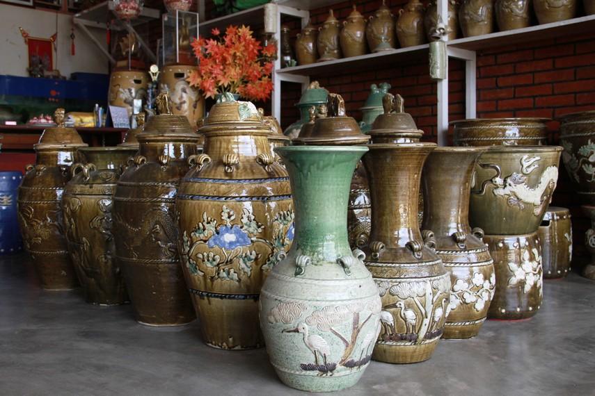 Di Desa Sakok,  semua  bahan baku, metode membuat keramik yang digunakan para pengrajin semuanya  masih menggunakan cara-cara tradisional