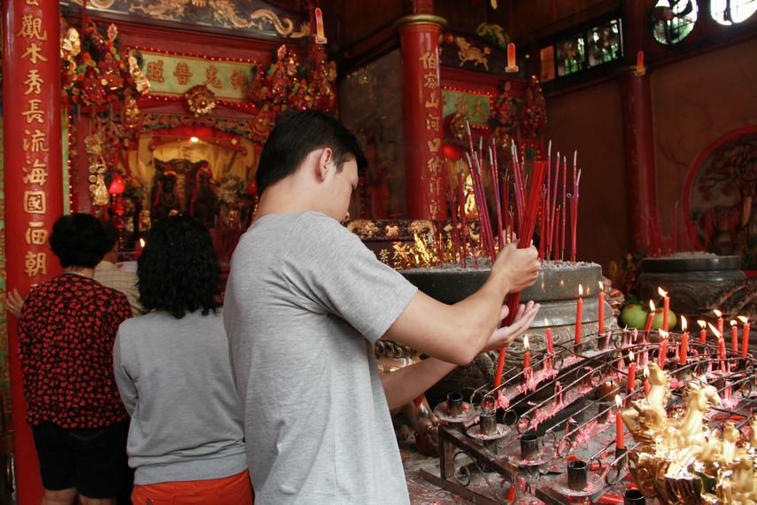 Vihara Tri Dharma Bumi Raya terletak di Jalan Kelurahan Melayu, Kecamatan Singkawang Barat, Singkawang