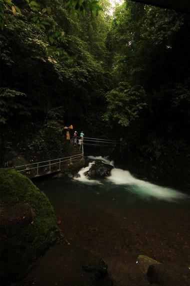 Untuk mencapai Air Terjun Kembar Gitgit, pengunjung berjalan sejauh 1,5 km menyusuri jalur setapak