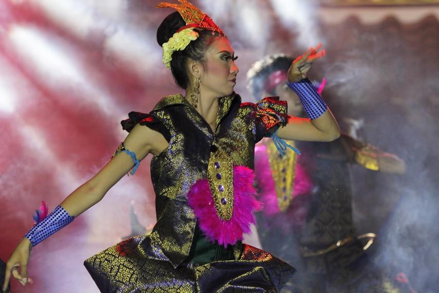 Gerak tari Legenda Danau Ranau cenderung energik yang bertumpu pada kekuatan kaki dan tangan
