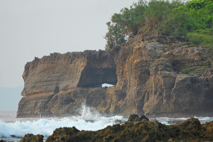 Di sekitar daerah Karang Copong terdapat karang yang tengahnya bolong dan untuk bisa melihatnya dibutuhkan perjuangan yang tidak mudah
