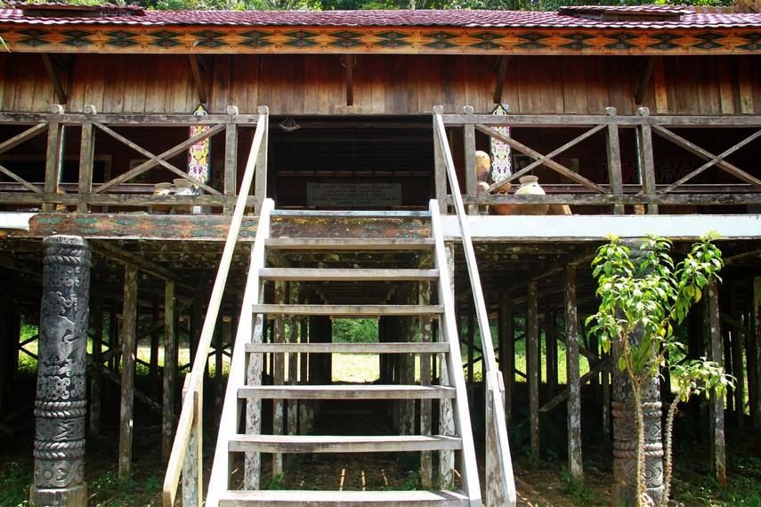 Rumah bentang Samalantan terletak di antara jalur Provinsi Bengkayang-Singkawang