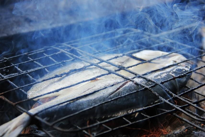 Berbeda dengan ikan bakar, ikan asap dipanggang dengan sabut kelapa yang membuat proses pemasakannya berjalan lebih lambat