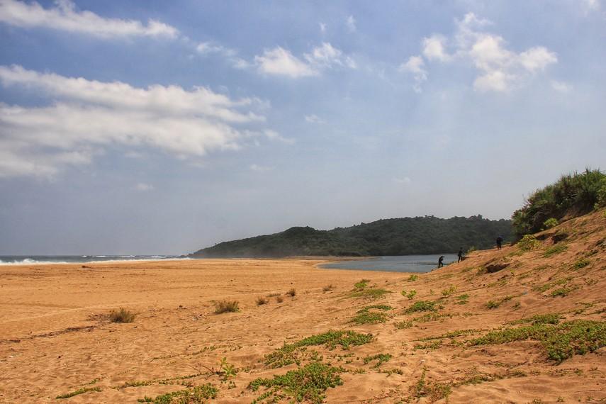 Pengunjung dapat berjalan-jalan di sepanjang garis pantai yang panjangnya mencapai sekitar 3 km