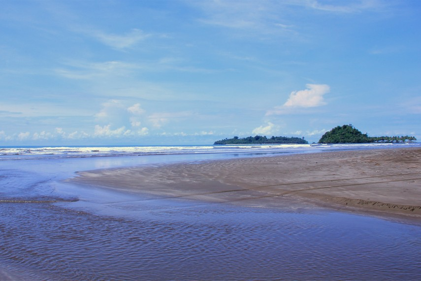 Pantai Air Manis menjadi salah satu tujuan wisata populer pada musim liburan sekolah dan lebaran