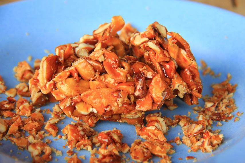 Kacang ini dibungkus dengan gula merah yang telah dilebur kemudian dilapisi ke dalam kacang