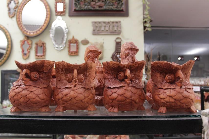 Kerajinan-kerajinan tangan ini terbuat dari berbagai macam jenis bahan seperti tanah liat, kayu dan kain perca