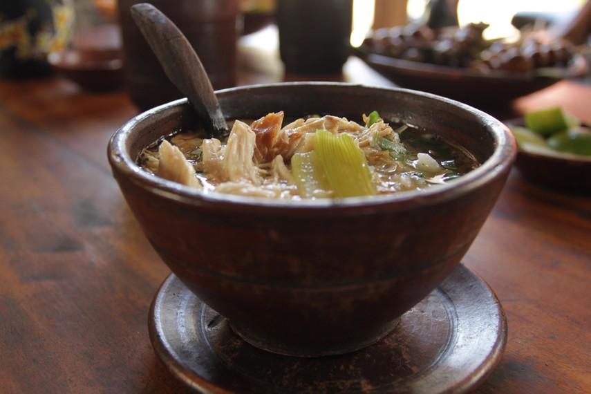 Sajian satu mangkuk soto gerabah yang diracik dengan campuran bumbu yang kaya rempah-rempah dicampur nasi