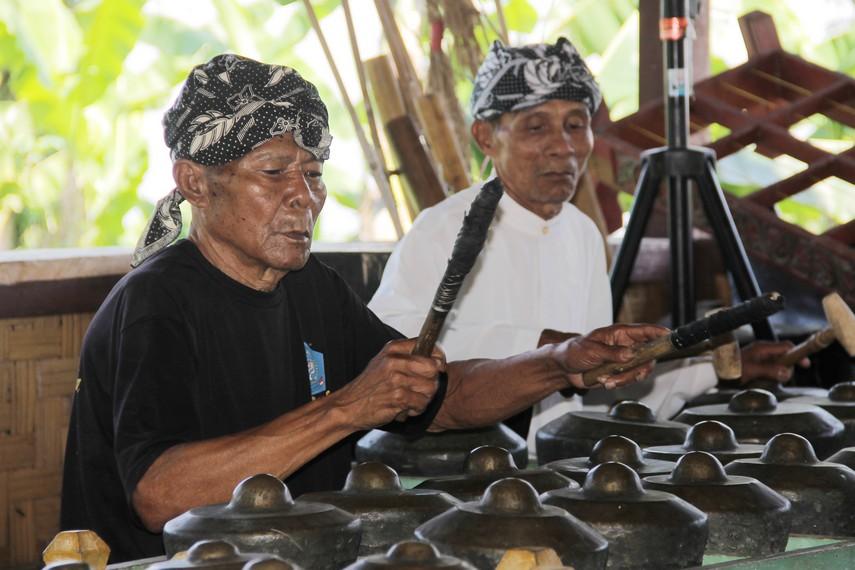 Dibutuhkan perhatian khusus untuk tetap mempertahankan dan melestarikan gamean sunda sebagai salah satu kekayaan budaya bangsa Indonesia