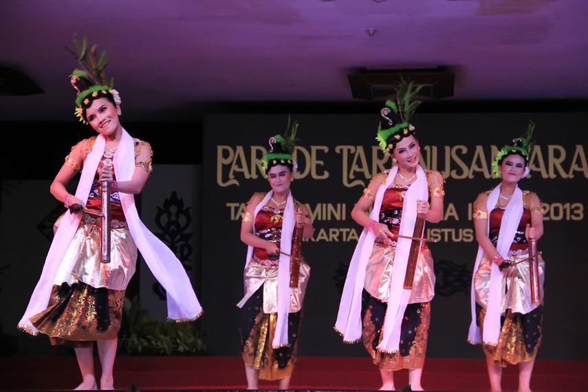 Bunyi 'tek tek tek' dari kentongan bambu menjadi asal mula nama tari kreasi ini