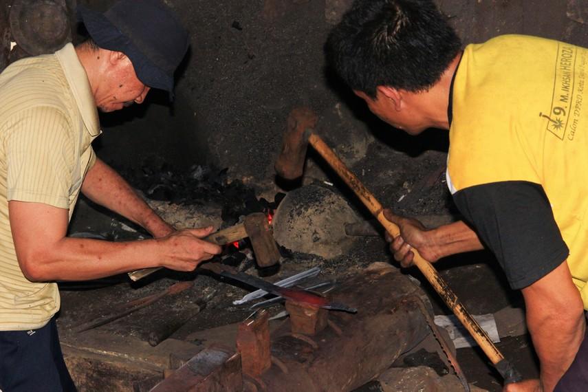 Sambil terus dibakar, pengrajin silih berganti menempa lempengan besi hingga terbentuk Kudhok