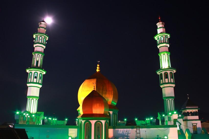 Masjid ini berdiri tegak di tengah-tengah kawasan tempat tinggal masyarakat Tionghoa dan seperti menjadi cerminan kerukunan beragama