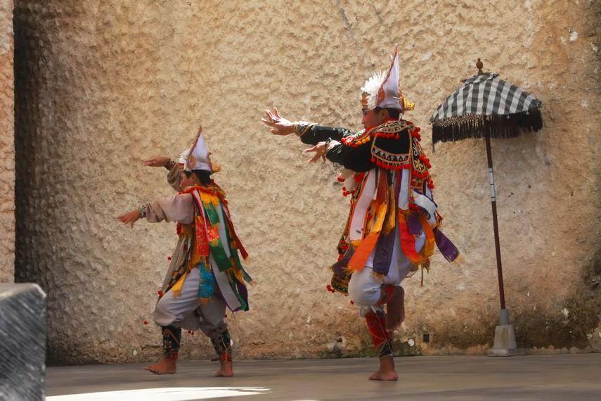 Tari baris ritual biasanya dibawakan berkelompok 8-40 orang, sedang tari baris non-ritual dibawakan 1-2 orang saja