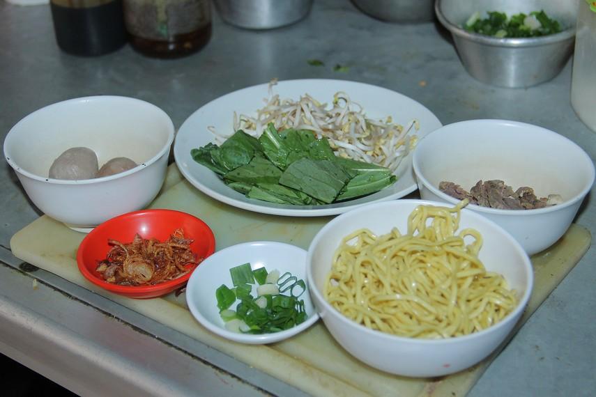 Nama mie kocok berasal dari cara pembuatannya, yaitu dengan mencelupkan dan mengocok mie dan tauge ke dalam air panas hingga nampak layu