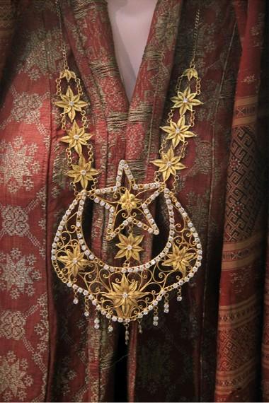 Penggunaan kalung tapak kudo bungo matahari ini bermakna wanita telah terikat dan apapun yang dilakukan tidak boleh menyimpang dari aturan dan ajaran agama