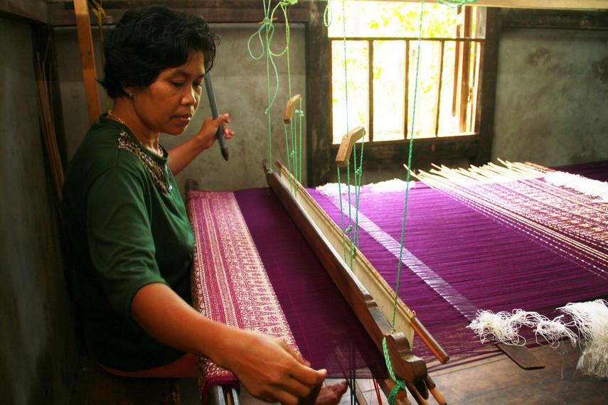 Dahulu, tenun Sambas digunakan sebagai pelengkap untuk pelaksanaan ritual adat, salah satunya dalam ritual pernikahan