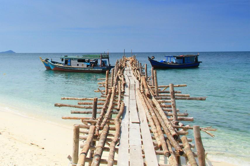 Menginjakan kaki di Pulau Randayan pengunjung seperti dimanjakan dengan alam yang sangat indah