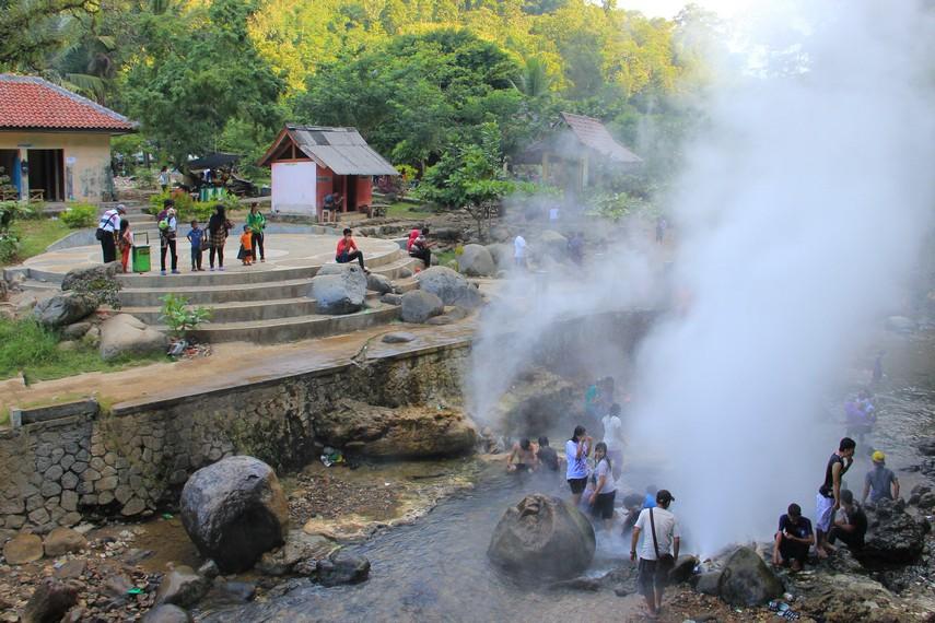 Pemandian Cipanas bersumber dari geyser, yaitu air panas yang keluar dari kerak bumi