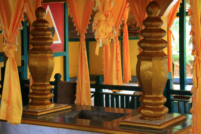 Makam Daeng Manambon merupakan raja pertama Kerajaan Mempawah yang memiliki gelar Pangeran Mas Surya Negara