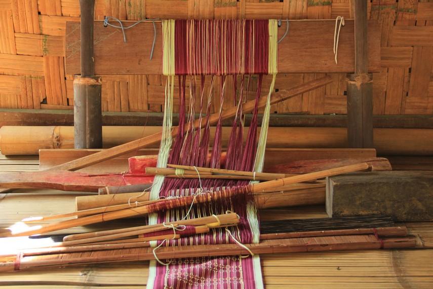 Biasanya kegiatan menenun dilakukan di bagian depan rumah mereka yang disebut dengan sosoro