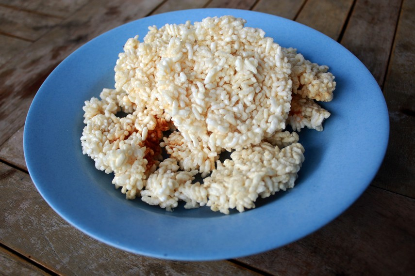 Biasanya sebelum digoreng, beras ketan terlebih dahulu dijemur dibawah panas sinar matahari