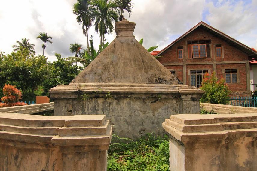 Makam Tuan Regent (Tuanku nan Cheduk) berdiri di sisi barat daya dari bangunan masjid