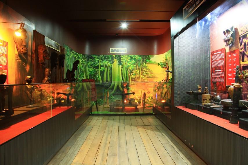 Museum ini berada tepat di samping Gedung Dewan Kesenian Kalimantan Barat