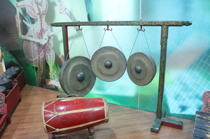Pada awalnya, gamelan Sunda hanya terdiri atas bonang, saron panjang, jenglong, dan gong