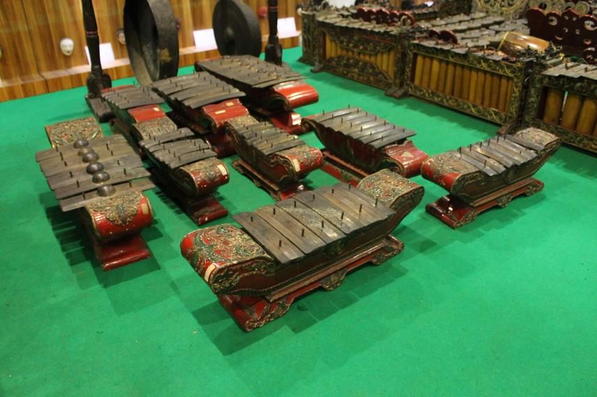 Gamelan biasa digunakan dalam acara prosesi ritual adat seperti upacara kematian yang kita kenal dengan tradisi ngaben