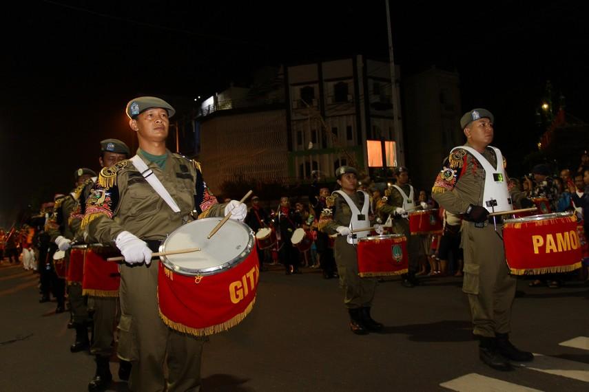 Dengan langka perlahan mereka memainkan snare drum dan membuat suasana di Jalan Slamet Riyadi menjadi semarak