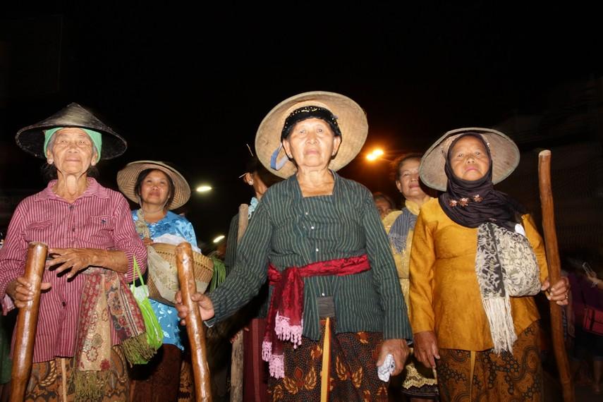 Ibu-ibu dari kelompok sadar wisata Kejawen yang memakai pakaian khas Jawa lengkap dengan topi caping menjadi salah satu peserta parade Solo Karnaval ini