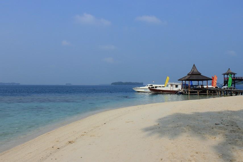 Menuju ke Pulau Sepa, wisatawan bisa menggunakan layanan transportasi perahu motor yang tersedia di Dermaga 19 Pantai Marina Ancol
