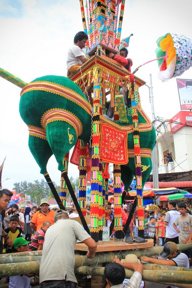 Prosesi Tabuik Naik Pangkek menjadi rangkaian pesta budaya festival tabuik 2013 dalam rangka memperingati hari Asyura