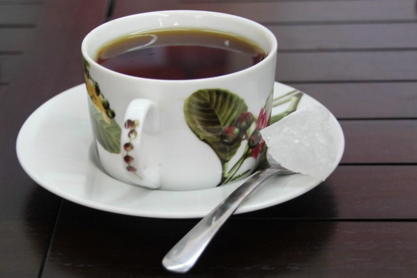 Dalam penyajiannya teh solowi menggunakan gula batu putih transparan