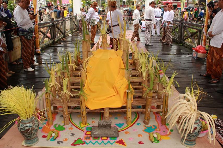 Begorok diselenggarakan diatas balai bambu kuning (haur kuning) dengan 41 tiang yang menghadap ke timur
