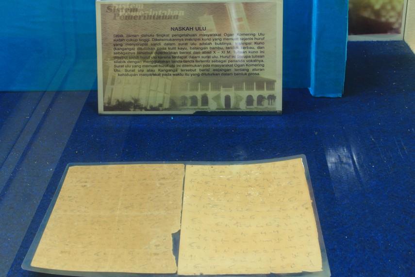 Masyarakat Palembang mengenal naskah kuno pada media bambu ini dengan sebutan gelumpai