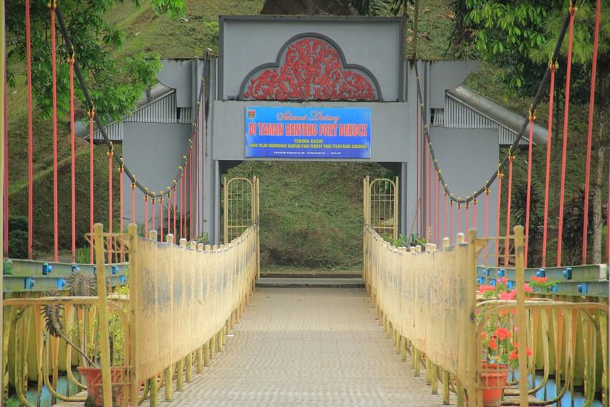 Jembatan Limpapeh dibangun tahun 1995 dengan warna kuning dan merah yang terlihat dominan sebagai hiasannya