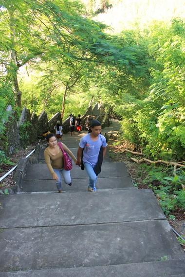 Dari jalan masuk, pengunjung harus berjalan kurang lebih 500 meter menuruni bukit menuju Pantai Padang-padang