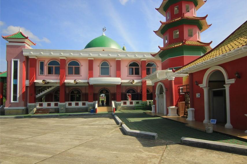 Penamaan masjid Cheng Ho digunakan sebagai upaya untuk mengenang pelayaran Laksamana Cheng Ho di kawasan nusantara