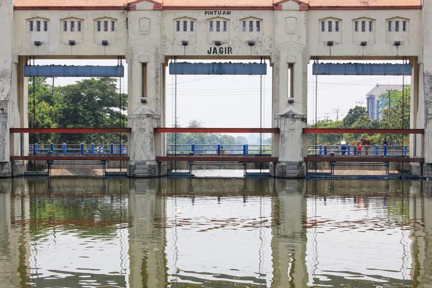 Sungai Jagir tempat berdirinya Bendungan Jagir merupakan tempat berlabuh pasukan Tar-Tar dari Mongolia yang ingin menyerang Kediri