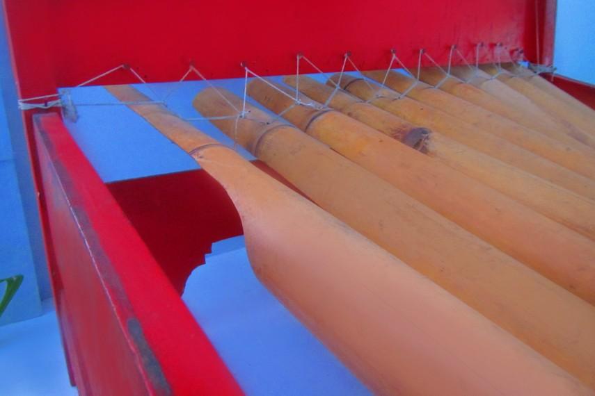 Rindik merupakan alat musik yang dimainkan dengan cara dipukul dan bernada selendro