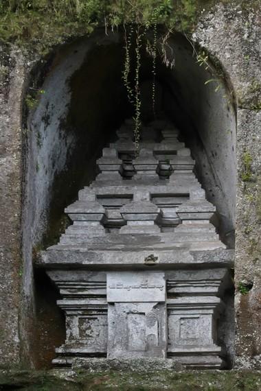Kompleks ini diperkirakan mulai dibangun pada masa pemerintahan Raja Marakata dan selesai pada masa Anak Wungsu